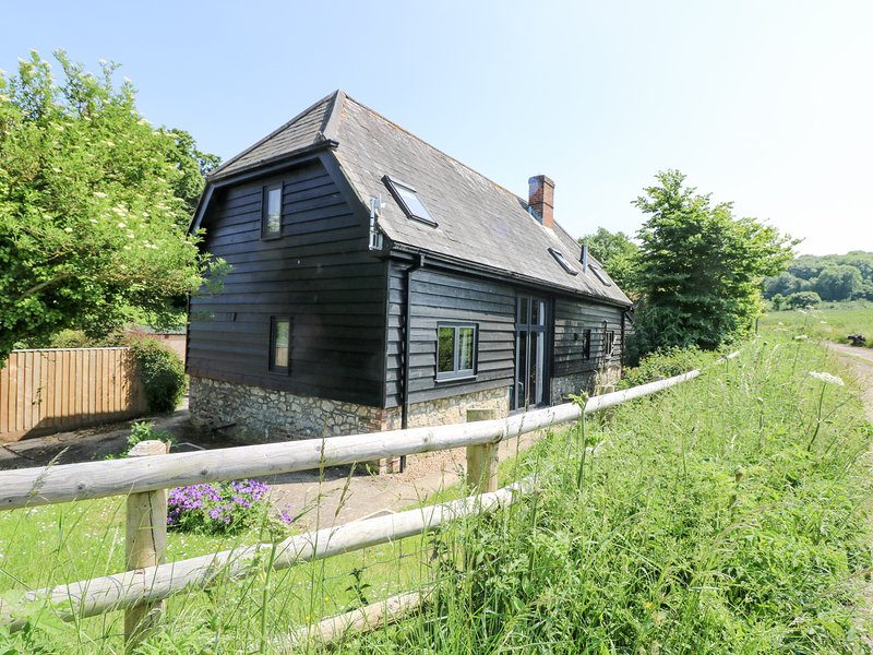 LITTLE DUXMORE BARN, barn conversion, exposed beams, dog-friendly, Ref 974434, vacation rental in Ryde