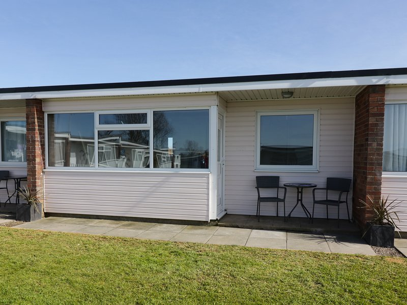 144 SUNBEACH CHALET, contemporary, near Great Yarmouth, pet friendly., holiday rental in Ormesby St. Margaret