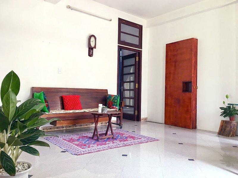 la sala de estar llena de luz natural y la brisa.