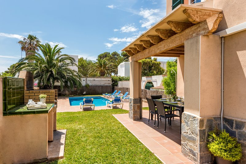 Terrasse avec barbecue et piscine privée