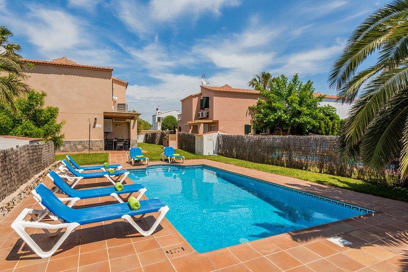 Privater Pool mit Gartenmöbeln