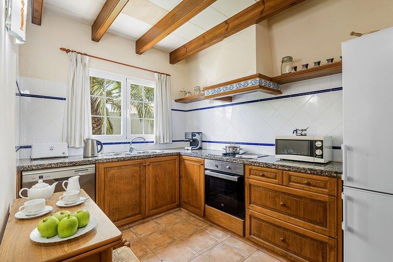 voll ausgestattete Küche mit Besteck, Gläsern, Geschirrspüler usw.