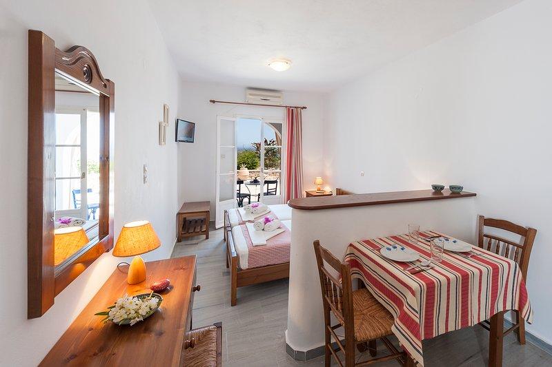 camera da letto con vista mare e cucina