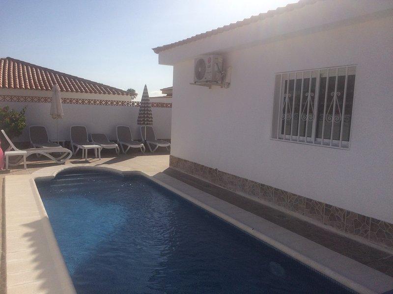 Privater beheizter Pool mit einem großen Terrasse.