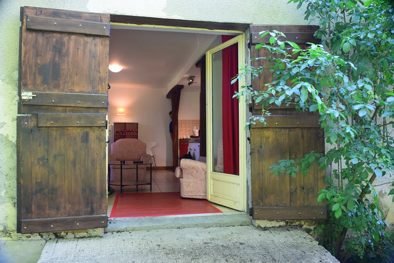 2 Bedroom Gîte - Chamberet - Free Wifi - Free Parking, vacation rental in Neuvic-Entier