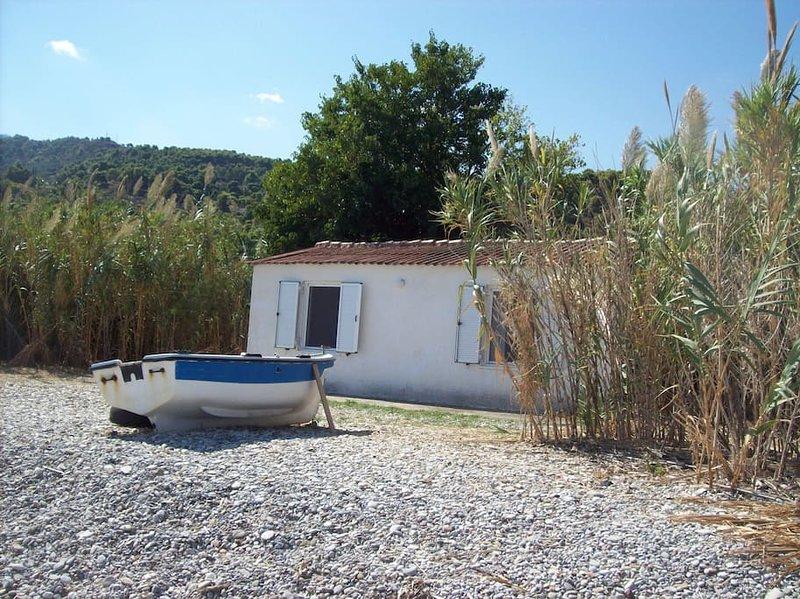 Quiet little beach house, casa vacanza a Elliniko