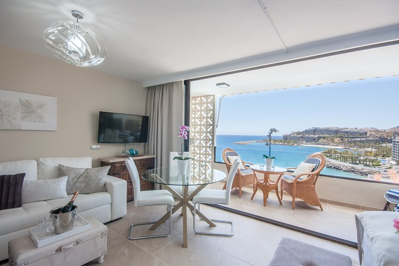 Wake up to Gorgeous Ocean Views from this Chic Apartment, holiday rental in Gran Canaria