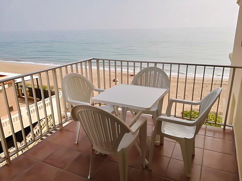 Apartamento en Tavernes de la Valldigna primera línea con acceso directo a la playa., vacation rental in Manuel