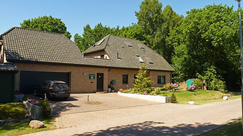 Casa vicino al bosco nella Zingst vista frontale con edificio principale ed annesso