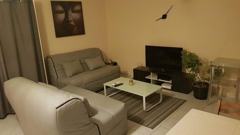 Beau Studio Climatisé et ventilé proche aéroport et université, location de vacances à Arrondissement de Saint-Denis