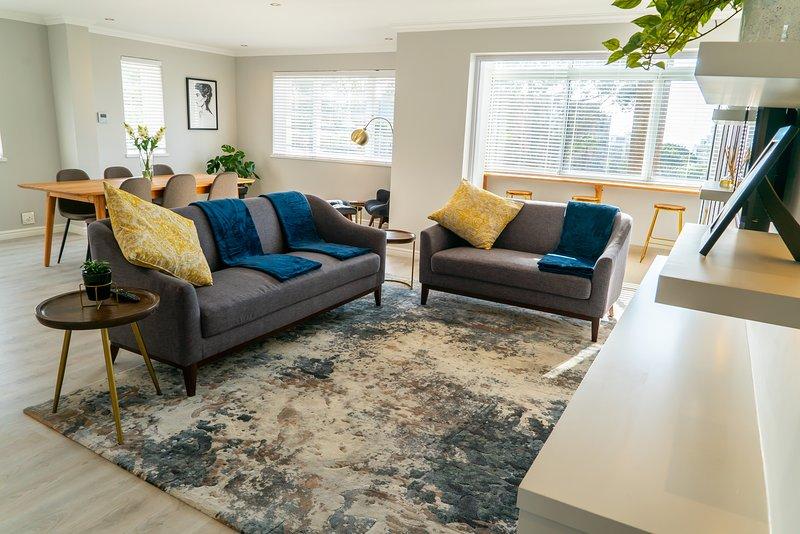 Die Wohnung verfügt über eine offene Küche - Esszimmer - Wohnzimmer-Setup.