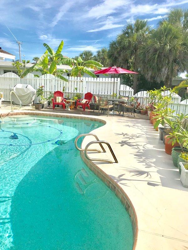 piscina riscaldata dal sole e coperta con una griglia a gas per il barbecue