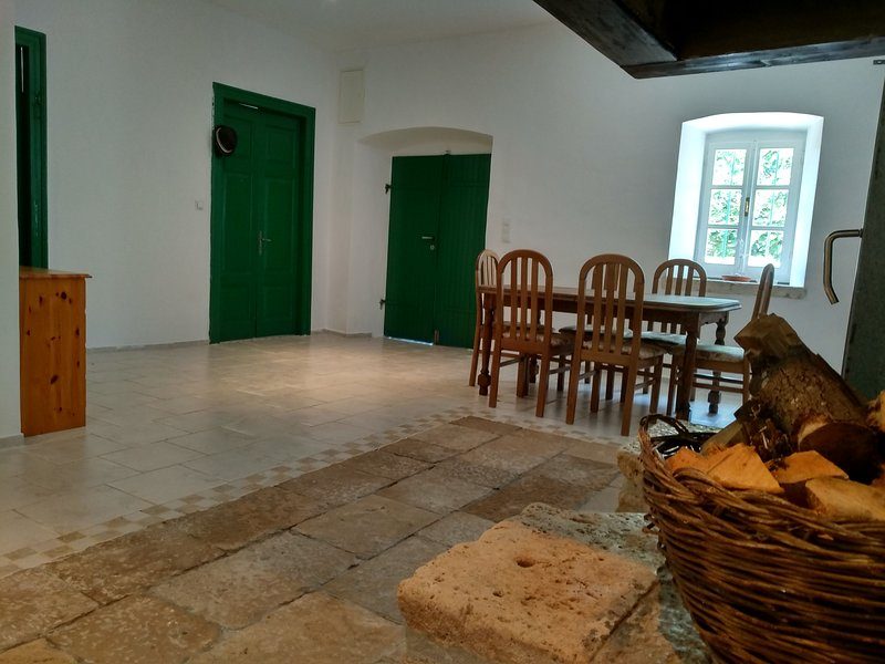 An old stone country house for vacation., holiday rental in Podobuce
