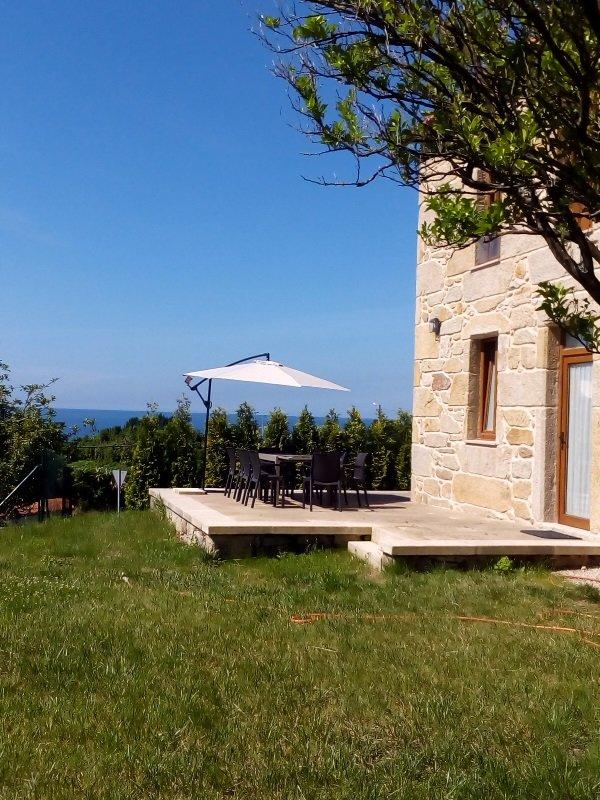Casa De Piedra Terraza Y Jardin Has Private Yard And