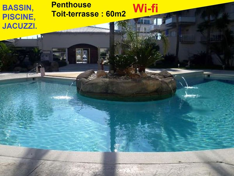 6 pers -Vue canal - Calme - Penthouse toit-terrasse - Climatisation -Plage, holiday rental in Roses