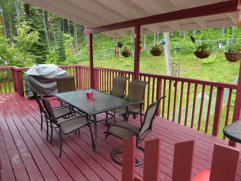Disfrutar de su café de la mañana o tarde vidrio de vino en su amplia terraza