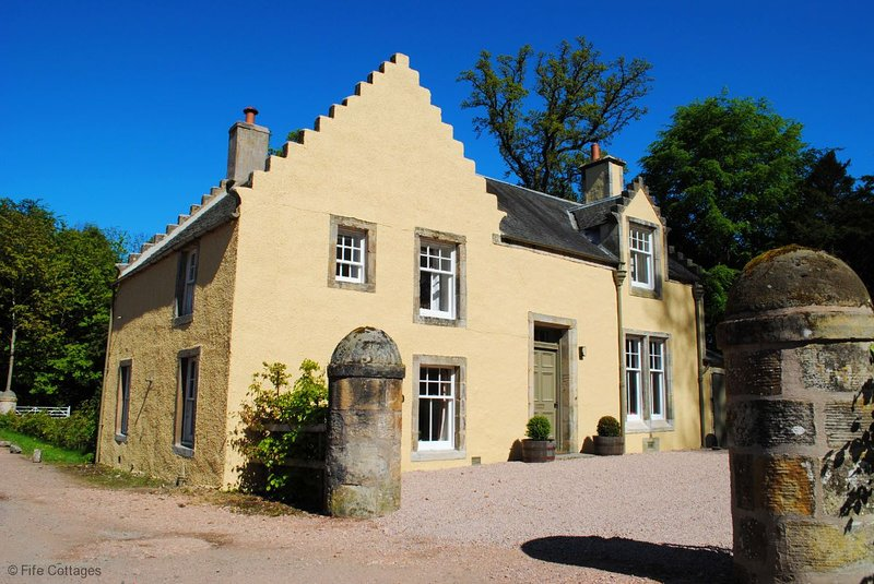 Strathtyrum Farmhouse, Balgove, St Andrews - Charming Traditional Farmhouse, holiday rental in St Andrews