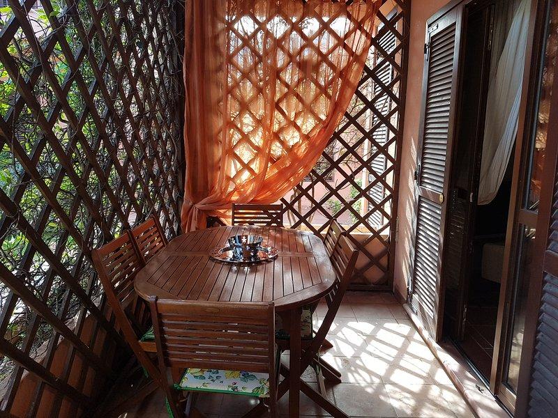 Elegante trilocale con piscina,giardino,veranda, vacation rental in San Teodoro