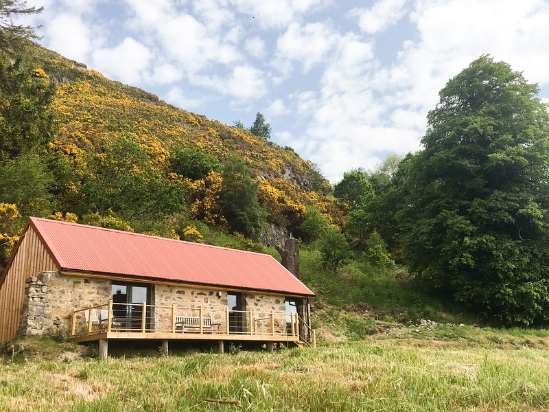 EAST CRAIGDHU COW BYRE, WiFi, log-burner, valley views Ref 977016, holiday rental in Kiltarlity