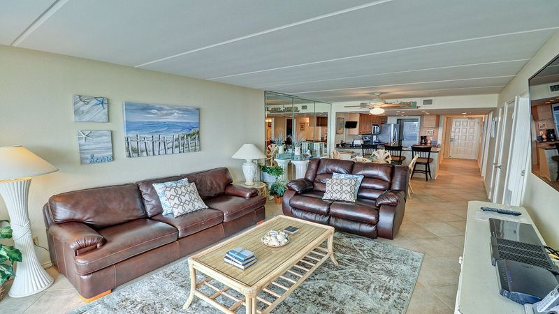 Living room, the amazing view will make you feel like you are already on the beach.