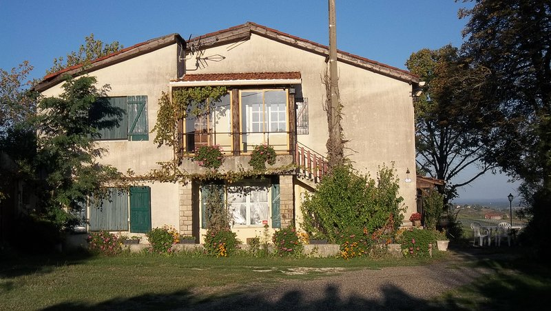 Spacious house with shared pool, aluguéis de temporada em Goudourville