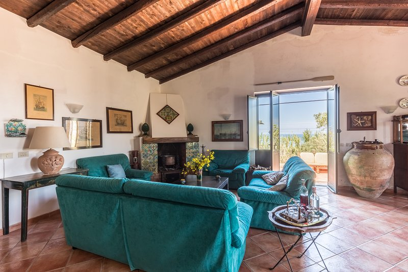 Stay on a solitary beach, vacation rental in Mistretta