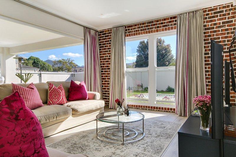 Beautiful 4 bedroom family home, vacation rental in Bergvliet