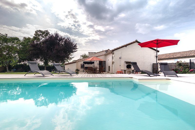 4 *  Gite, La Grange at 1 Souchet. Private garden and heated swimming pool, holiday rental in Saint-Mariens