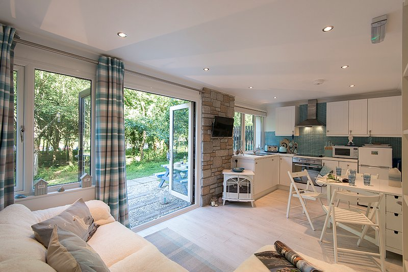 Beach hut themed self catering bungalow set in 100 acres of woodland, holiday rental in St Ives