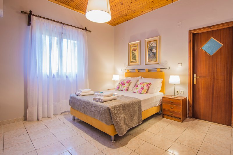 La Serenata, Three Bedroom House 150m from the beach Drosia, Zakynthos!, casa vacanza a Neromilos