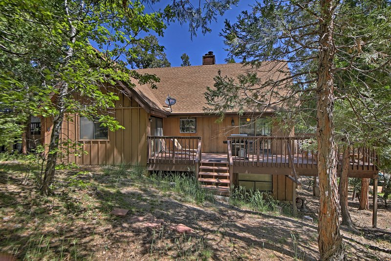 Come visit Lake Arrowhead at this rustic vacation rental cabin!