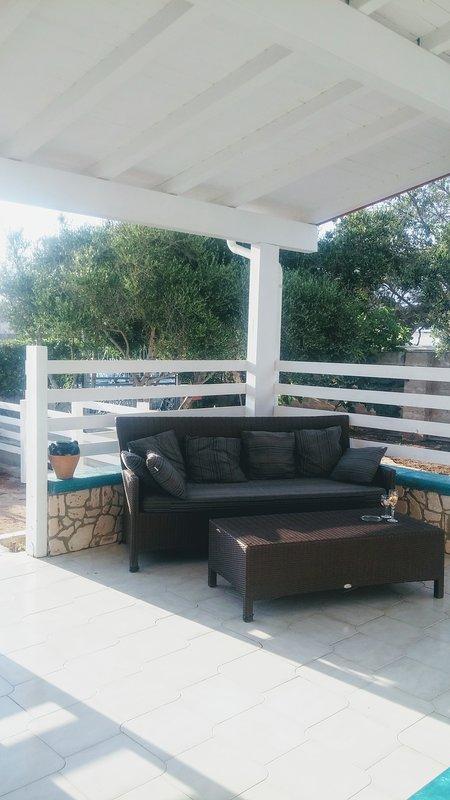 Veranda con divano per rilassarsi