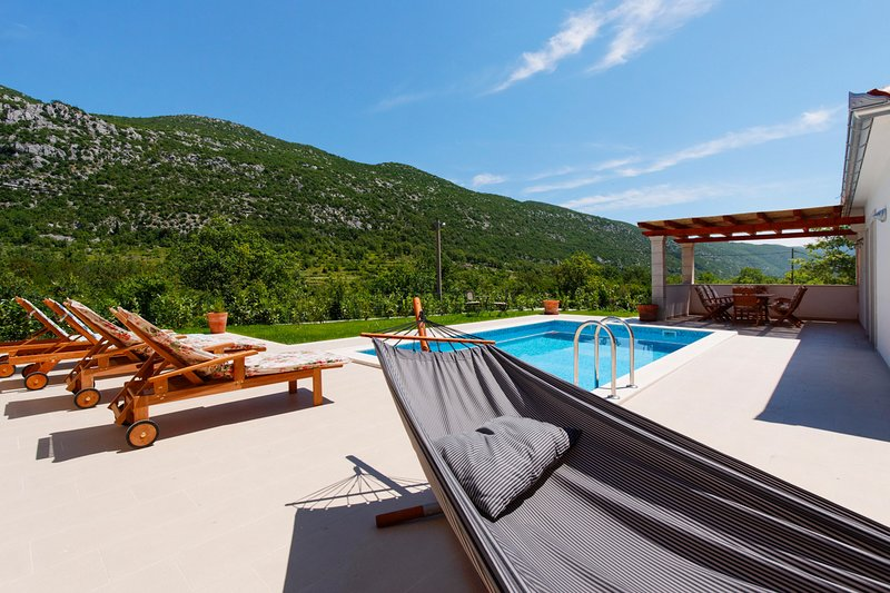 Zupa Villa Sleeps 6 with Pool and Air Con - 5635682, vacation rental in Velim