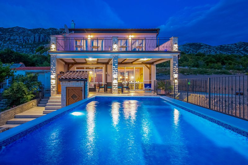 Villa Lucija, Kvarner Bay, 4 km from the sea, with stunning views of the islands of Rab, Pag, Losinj