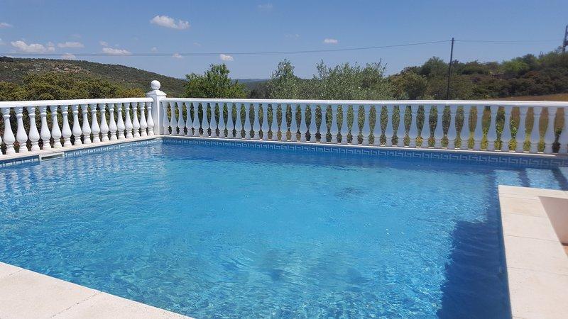 Amazing villa with swimming-pool, location de vacances à Querenca