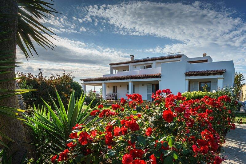 Quiet villa Marilina between San Antonio and Ibiza town with pool and BBQ, aluguéis de temporada em San Rafael