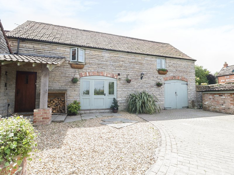 THE BARN, spacious, Sky TV, pub across the road., Ferienwohnung in Butleigh
