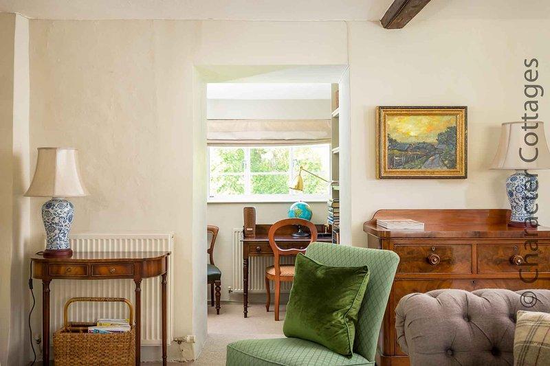 Hay un pequeño estudio junto a la sala de estar