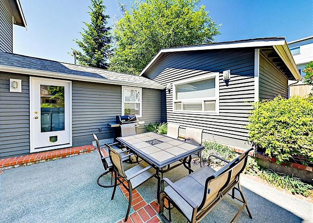 Puget Sound Views in a Prime Location! Fireplace, Patio & Balcony, vacation rental in Burien