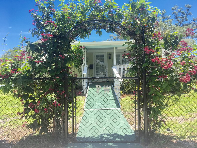 Pure Water Outpost: 2/2 Arts District Home with fenced yard near beach, alquiler de vacaciones en Indian Harbour Beach