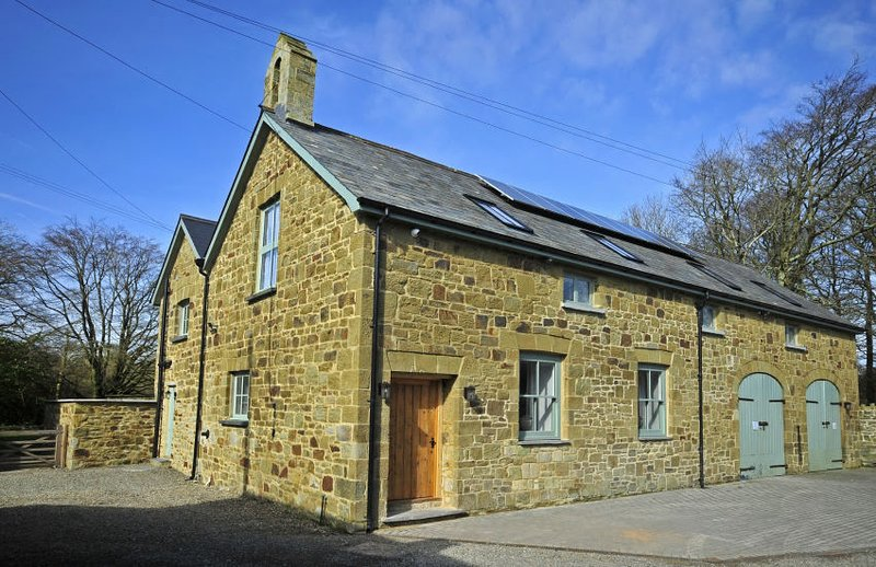 Glaneirw Coach House, Nr Aberporth, Cardigan...set in gounds of Georgian Mansion, vacation rental in Tan-y-groes
