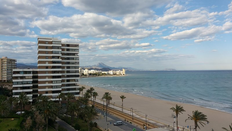 Beach flat with stunning views in a development with 2 pools and gardens, vacation rental in Sant Joan d'Alacant