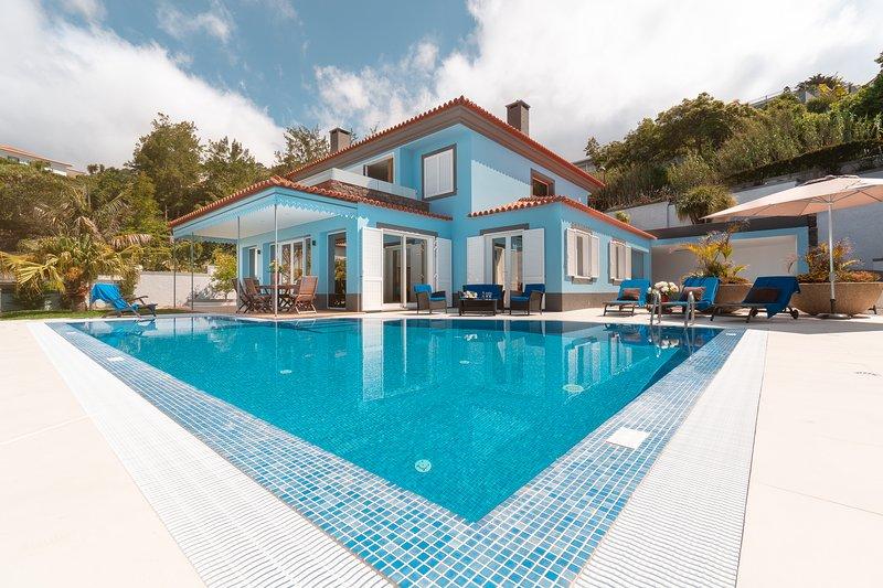 Villa Loreina Palace  With Private Pool ANd Soccer Field, alquiler de vacaciones en Sao Goncalo