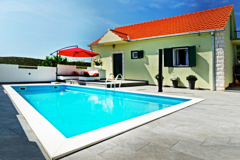 SUNNY residence with POOL blended in with NATURE (25 min from SPLIT), vacation rental in Donje Ogorje