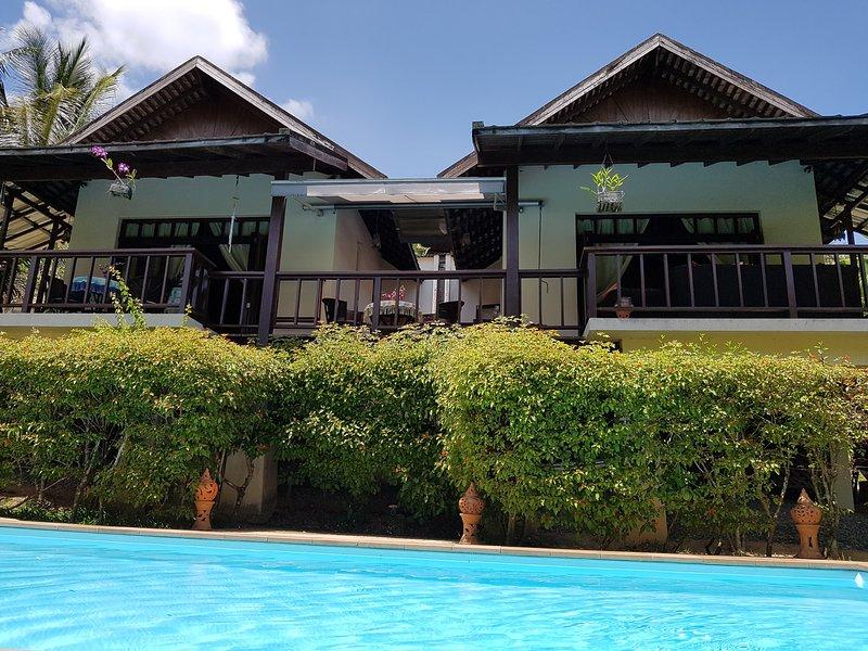 maison avant avec piscine