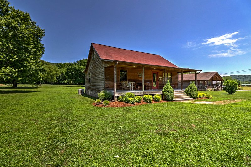 Dream Valley Mountain View Cabin w/ Covered Porch!, vacation rental in Calico Rock