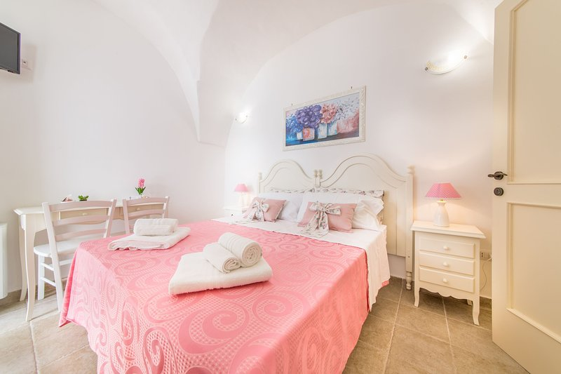 Located on the mezzanine floor, Rosa, is a double bedroom with independent entrance and bathroom.
