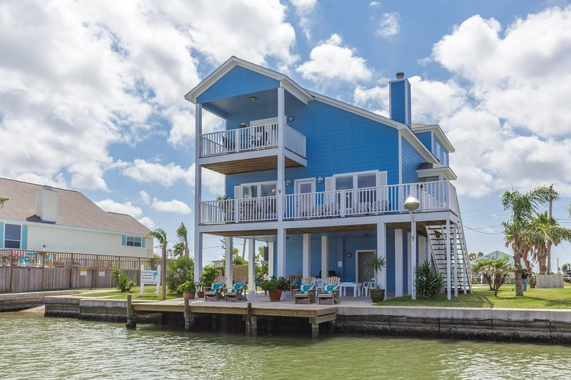 Nuestro nuevo y hermoso color para nuestro litoral costero Clase casa. (Fue beige). Justo en el agua.