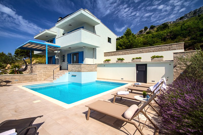 Villa Allegra with heated pool and sea view, 300m from the sandy beach, alquiler de vacaciones en Duce