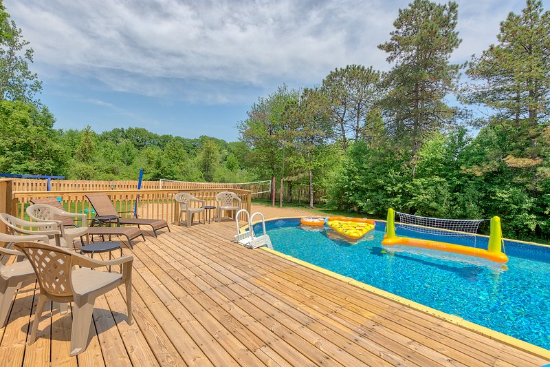 Pet & Child Friendly & Wheelchair Ramp!  Private Pool, Volleyball Court, Near GR, holiday rental in Middleville